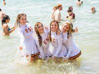 Cheerleader in spiaggia: collant bagnati e non solo!
