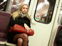 La ragazza prova i collant in treno