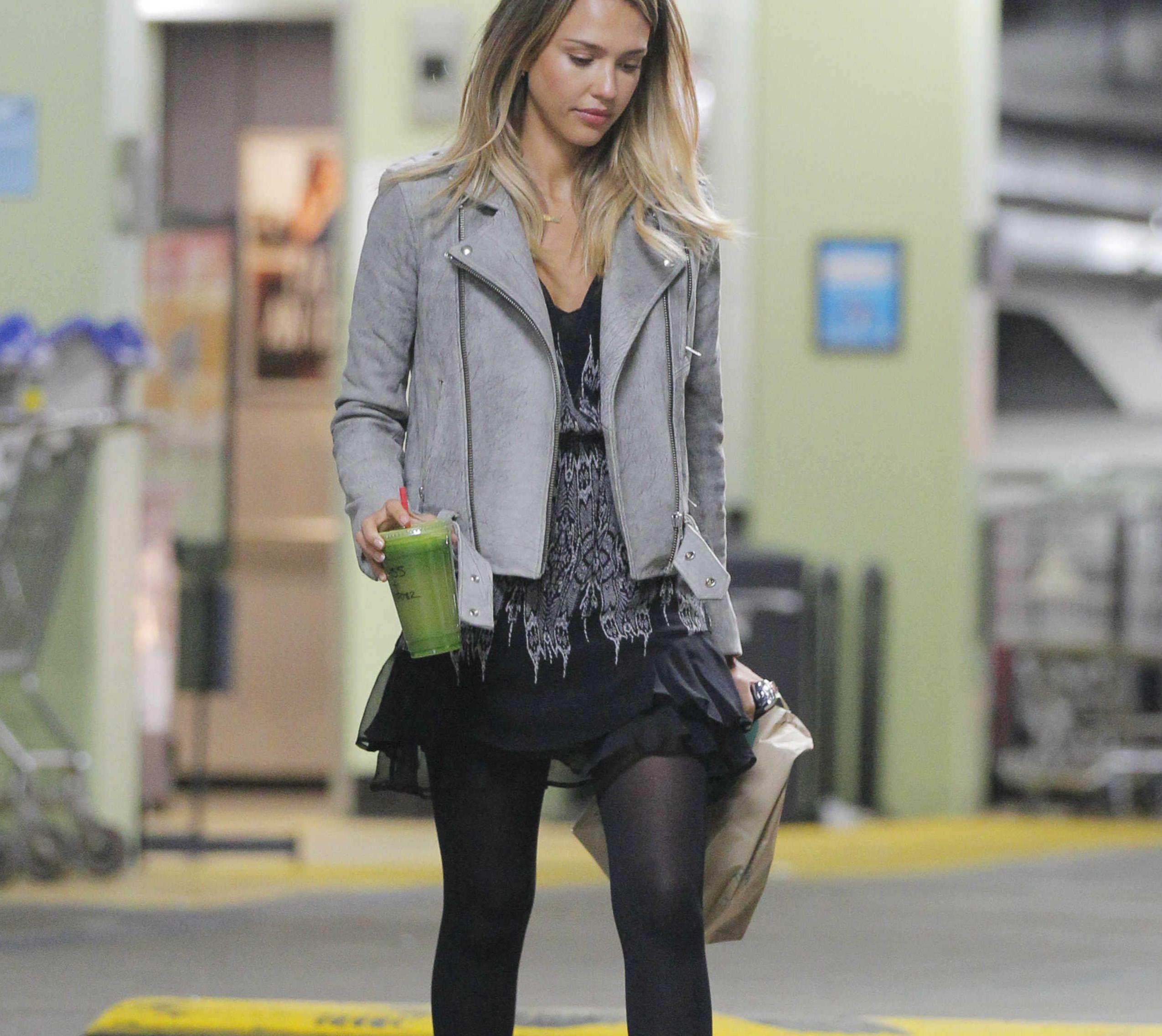 Jessica Alba en collant opaque ou comment porter un look